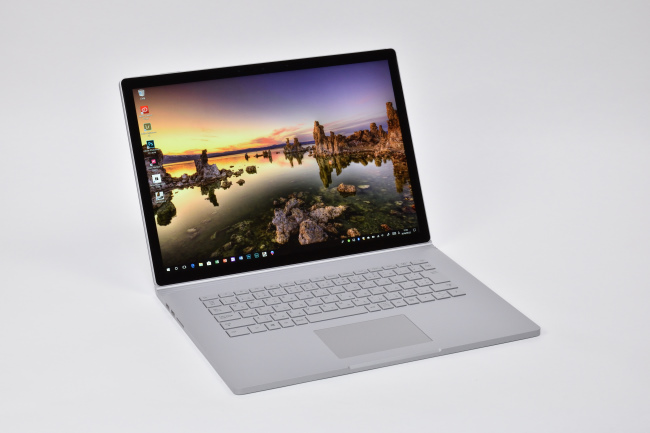 Surface Book 2 (15インチ) 正面(向かって斜め左)