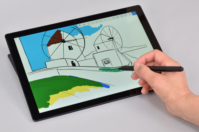 ディスプレイ面を手書きしやすい角度に調整可能