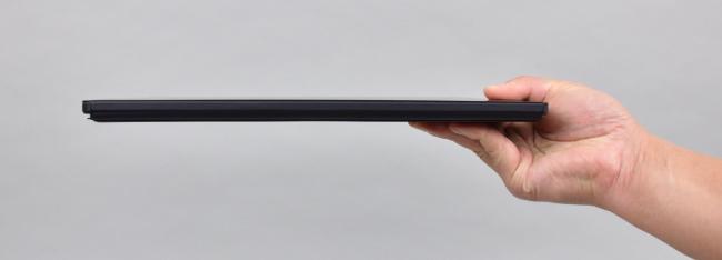 本体の薄さのイメージ(薄型・軽量キーボード装着時)