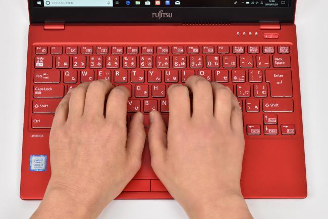 キーボードに両手を置いたときのイメージ(レッド)