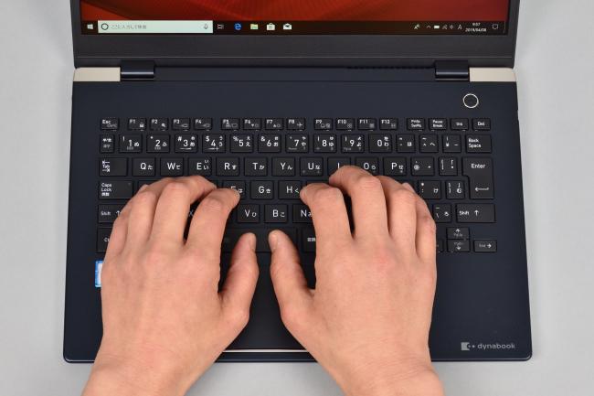 キーボードに両手を置いたときのイメージ(オニキスブルー)