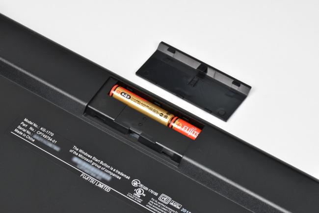 キーボードの電源は単4乾電池 2本