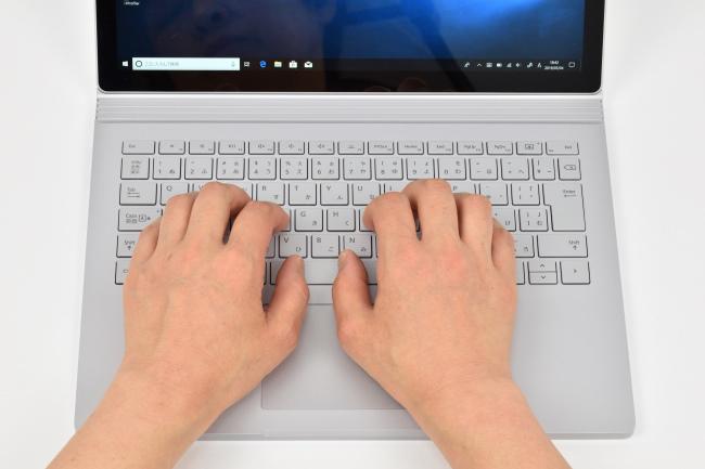 キーボードに両手を置いたときのイメージ(13.5インチモデル)