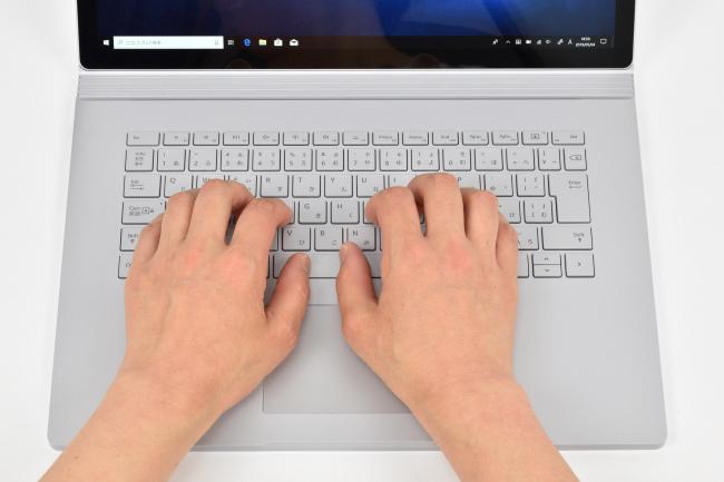 キーボードに両手を置いたときのイメージ(15インチモデル)