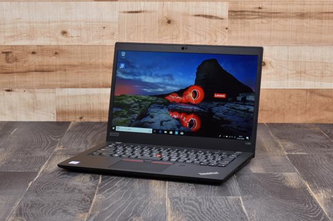 ThinkPad X390 正面側(背景付き)