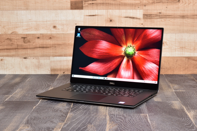 XPS 15 (7590) 正面側(背景付き)