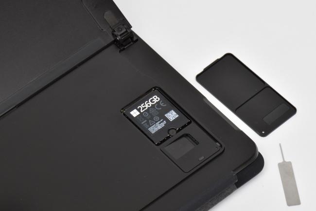 SIMカードスロットとSSD